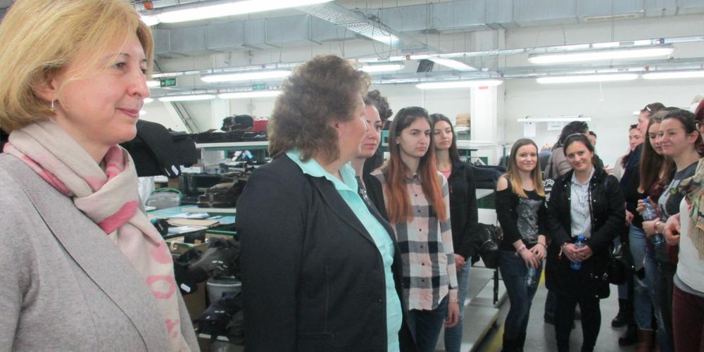 Студенти във фабрика Димитров